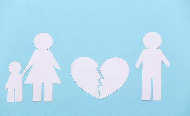 깨진 가족, 이혼. 분할 종이 가족, 파란색에 실연 프리미엄 사진