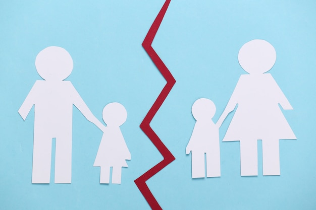 깨진 가족, 이혼. 파란색에 종이 가족 분할