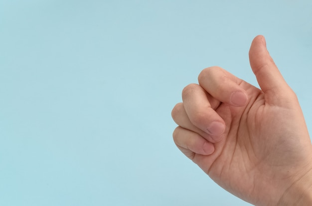 넘어진 후 부러진 손가락팔 부상파란색 배경에 골절된 후 아픈 손가락 부상