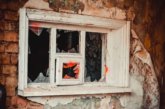 古い窓枠の割れたガラス