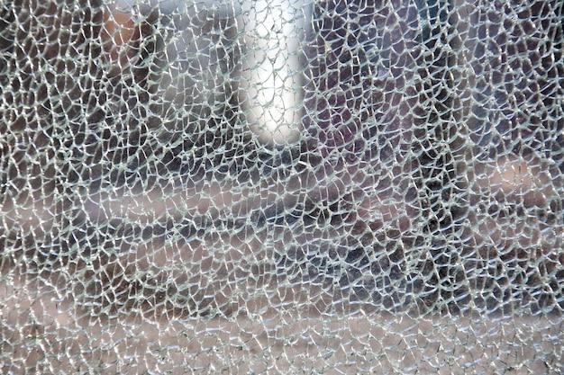 Битое стекло на мелкие кусочки, офисное здание