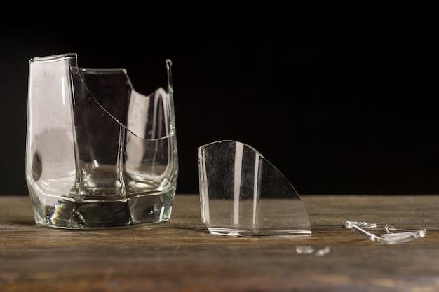 Разбитый стакан виски.