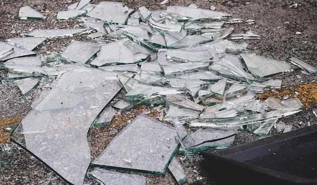 빗자루와 쓰레받기로 바닥에 깨진 유리