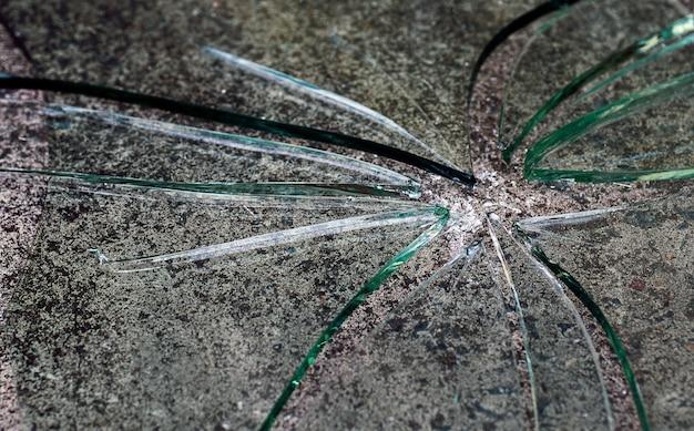 床の割れたガラス