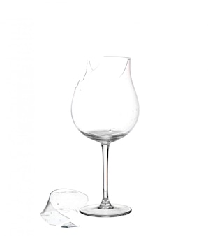 Разбитое стекло на белом.