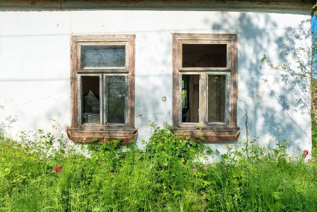 정원이 있는 시골 집의 깨진 유리창
