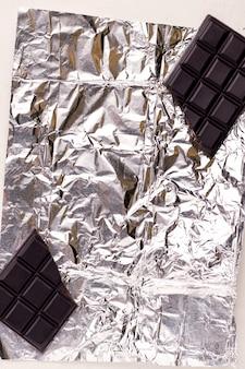 호일에 초콜릿의 깨진 반쪽입니다. 복사 공간