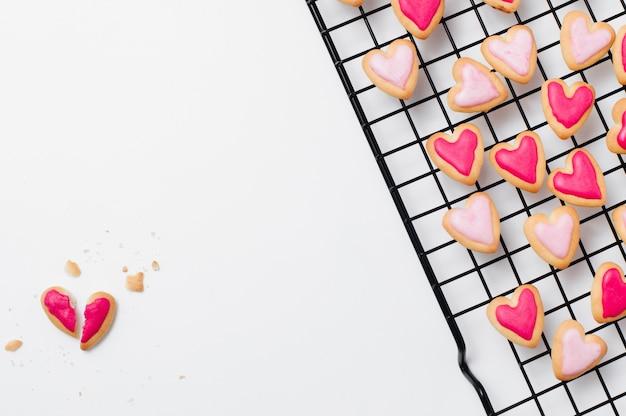 Разбитое печенье в форме сердца на день святого валентина на белом