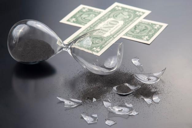 지폐의 깨진 모래 시계