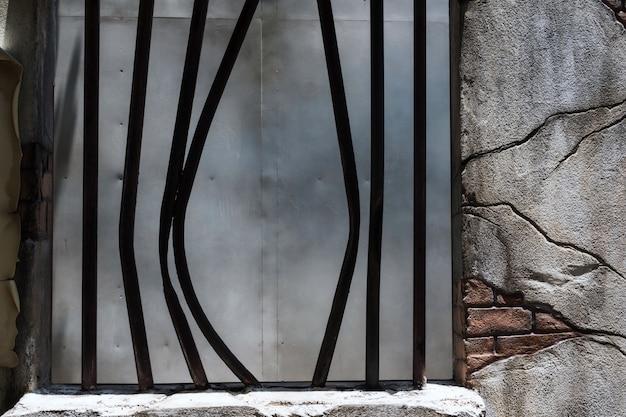 감옥 창 개념의 깨진 감옥 금속 막대입니다.