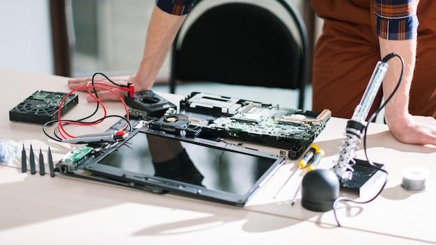 깨진 노트북. 컴퓨터 장비. 기술 과학 공학 산업
