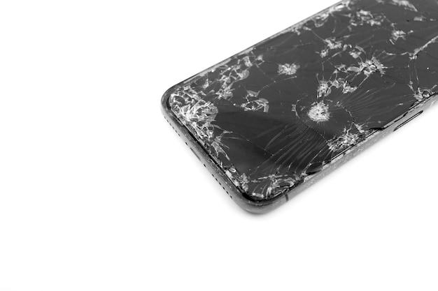 Сломанный дисплей мобильного телефона на белом фоне