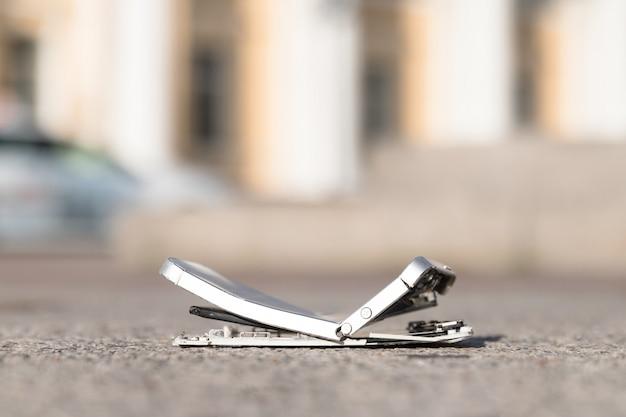 Сломанный мобильный смартфон после падения с разбитым экраном
