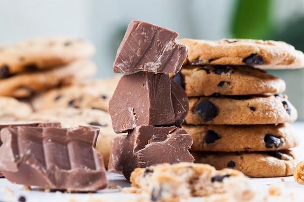 壊れたオートミールクッキーと甘いチョコレートの大きな塊を一緒に