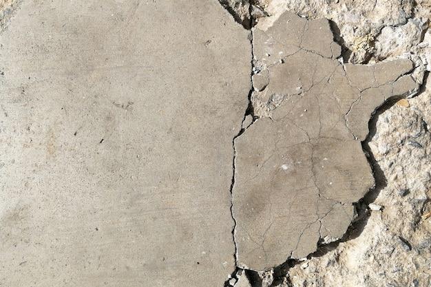 깨진 된 오래 된 콘크리트 바닥