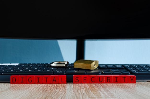 壊れたデジタルセキュリティの概念としてのコンピューターのキーボードの壊れた南京錠