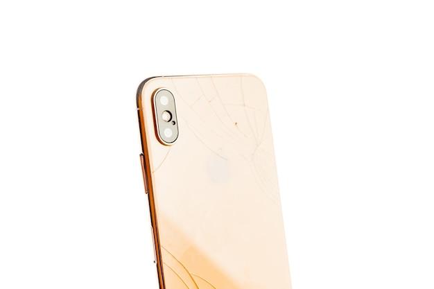 Сломанный телефон, изолированные на белом.