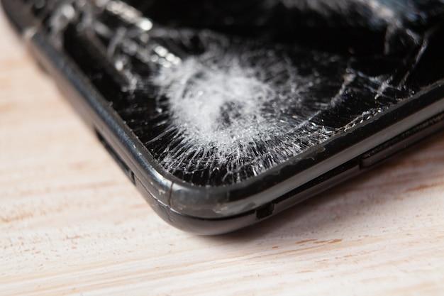 壊れた電話画面のクローズアップ