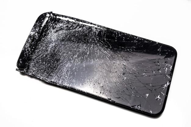 흰색 격리 된 배경에 깨진 전화 화면을 닫습니다.