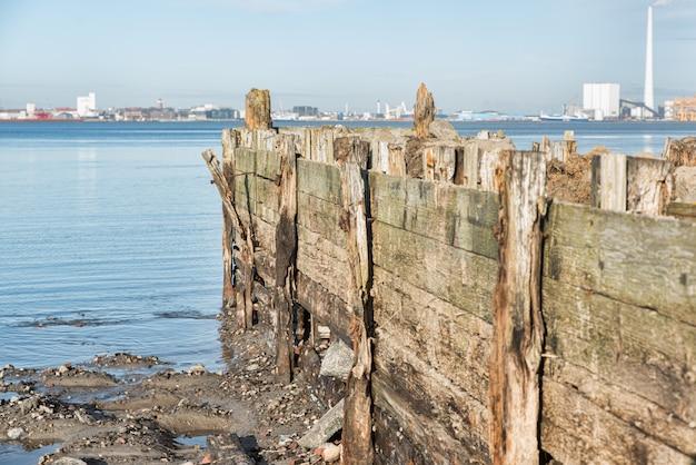 澄んだ空の下で海の壊れた桟橋