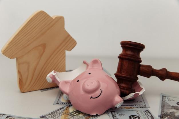 Разбитая копилка, дом и молоток судьи. концепция банкротства или кризиса.