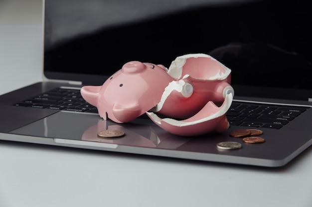 Сломанная копилка на клавиатуре. концепция финансов и банкротства