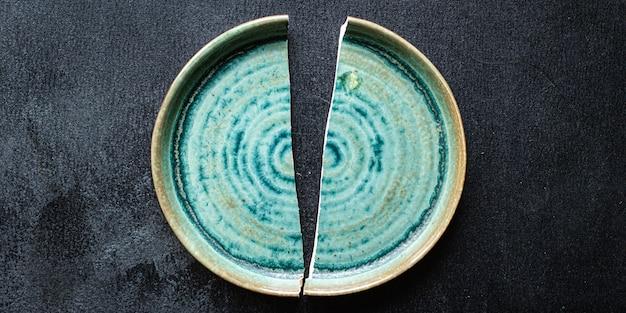 テーブルの上の食品手作り陶器皿破片のための壊れたプレート