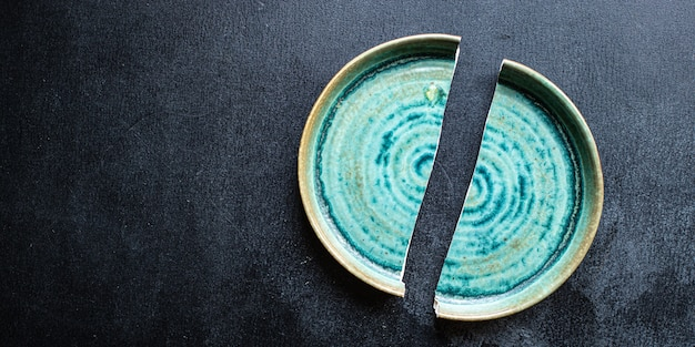 テーブルの上の壊れたプレート手作りの陶器皿の破片