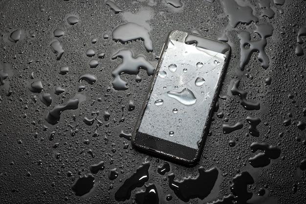 깨진 스크린 휴대 전화 물 손상 보호 개념