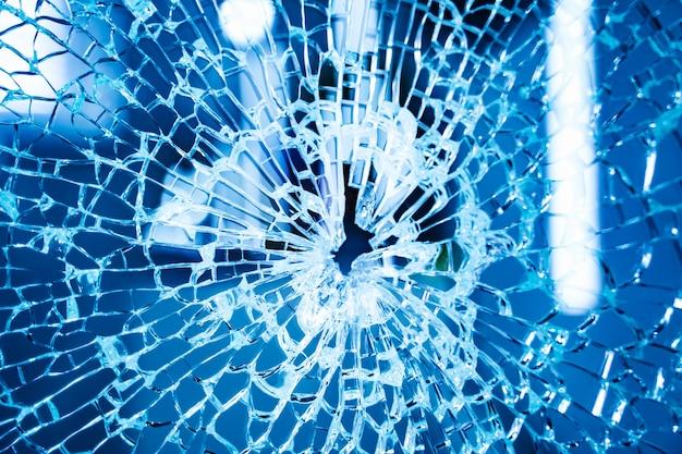 중간에 구멍이있는 깨진 창문