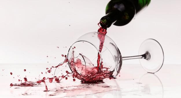 テーブルの上の壊れたワイングラス