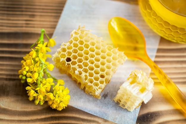 テーブルの上の蜂蜜と壊れた黄色のハニカム