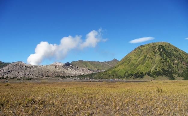 インドネシア、東ジャワのブロモテンガースメル国立公園の一部としてのブロモ火口とバトック山