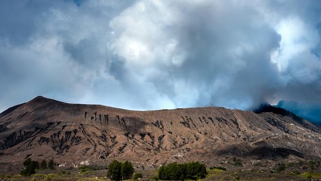 インドネシア、東ジャワ、ブロモテンガースメル国立公園のブロモ火山(グヌンブロモ)