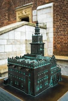 Отлитые из бронзы миниатюрные достопримечательности и архитектура кракова в польше