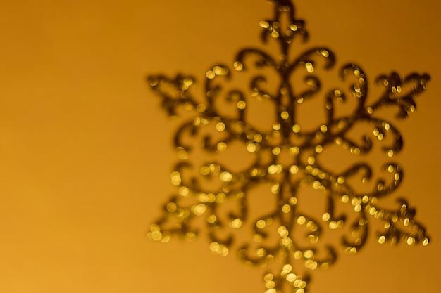 青銅のきらめくスノーフレーク、クリスマスの装飾、ぼやけ、多重、ボケ