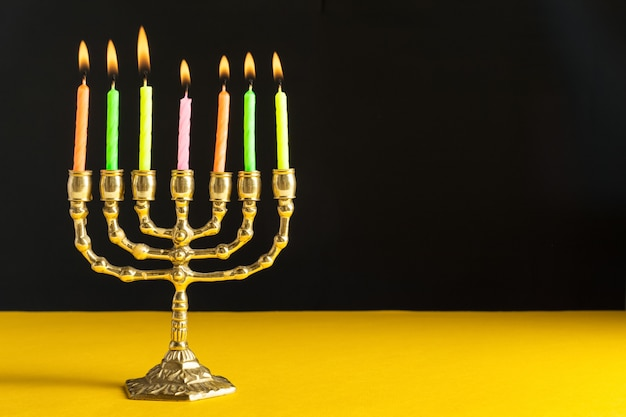 非常に熱い蝋燭とブロンズハヌカ本枝の燭台