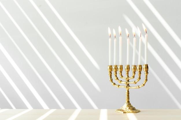 Бронзовая ханукальная менора с зажженными свечами
