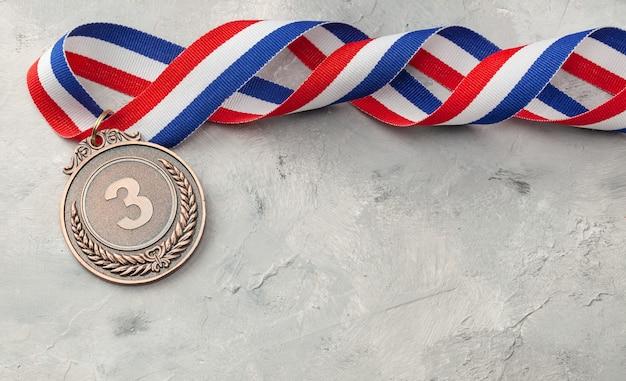 동메달. 리본으로 3 위 수상.