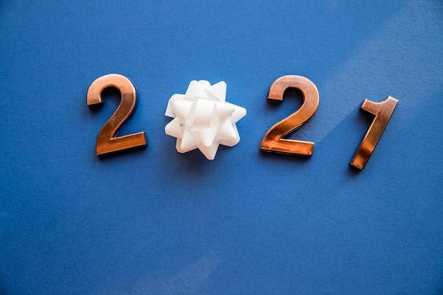 Бронзовые числа с бантом на новый год