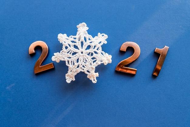 Бронзовые числа со снежинкой на новый год