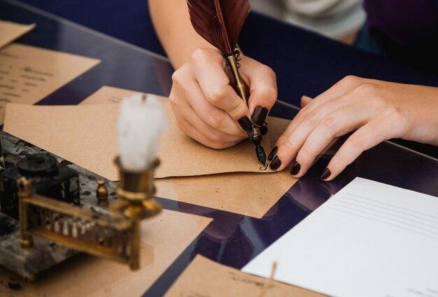 Бронзовая чернильница в стиле ретро и красная ручка для письма
