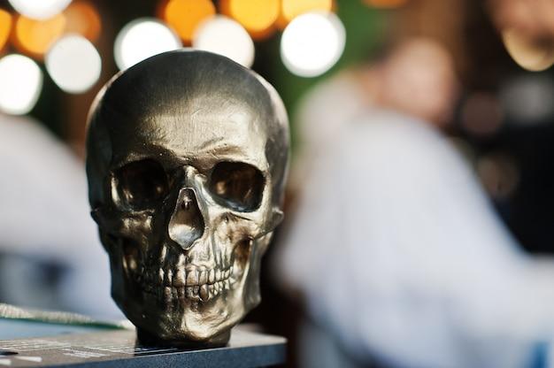 床屋のボケ味に対するブロンズの頭蓋骨。