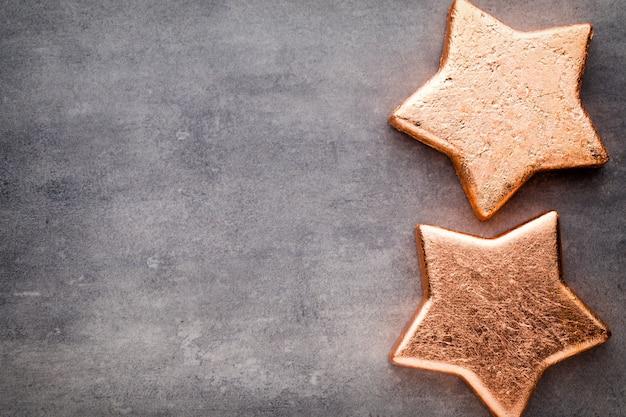 ブロンズスター。クリスマスのパターン。灰色の背景。