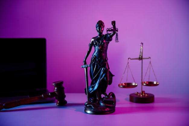 보라색 배경에 공증인 사무실에서 비늘과 청동 동상 여자 정의