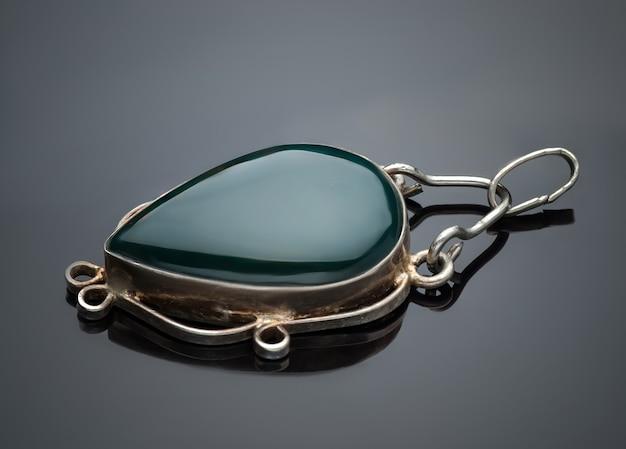 灰色の背景に分離された宝石のブローチ