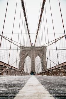 흐린 날 브루클린 다리와 케이블 패턴 거의 비어있는 브루클린 다리에서 이른 아침