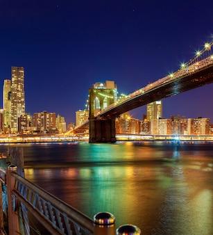 일몰 후 스카이라인이 있는 뉴욕시 허드슨 강 밤에 브루클린 다리와 맨해튼 스카이라인 ...