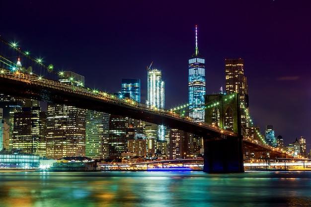 Бруклинский мост и горизонт манхэттена ночью, нью-йорк