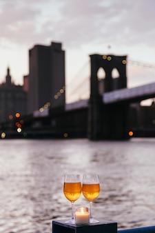 뉴욕시에서 촛불 샴페인 잔 황혼의 브루클린 다리